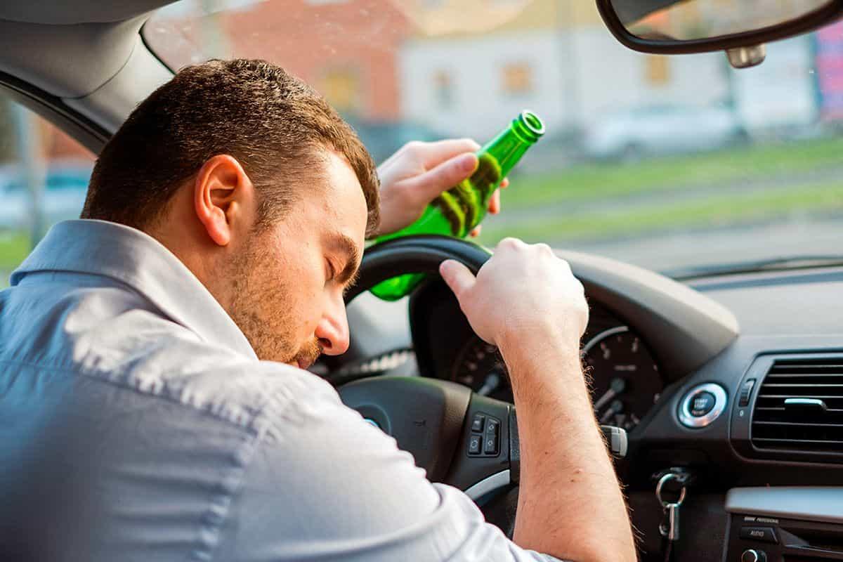 Мужчина с бутылкой спит за рулём