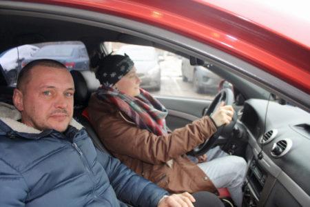 Инструктор с учеником в автомобиле
