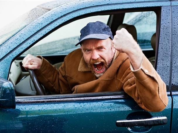 Мужчина в авто кричит