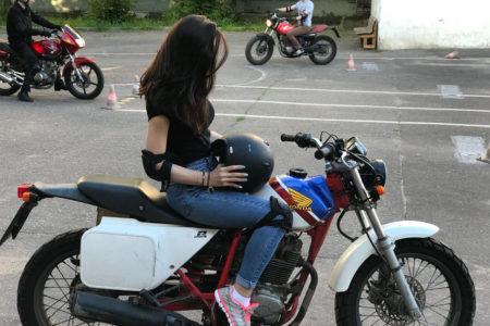 Ученица на мотоцикле